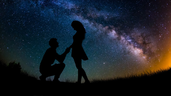 2018love-silhouettes-of-a-couple-in-love-against-the-starry-sky-at-night-128345.jpg